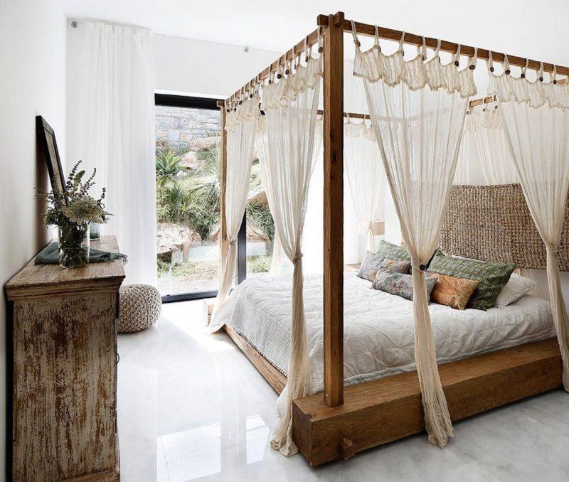 lit baldaquin en bois avec rideau transparents pour une déco été