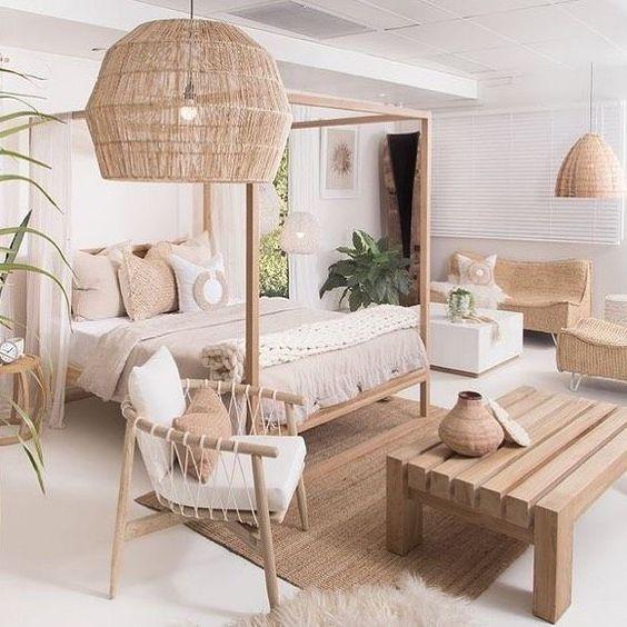 chambre de style bohème avec lit baldaquin et meubles en osier