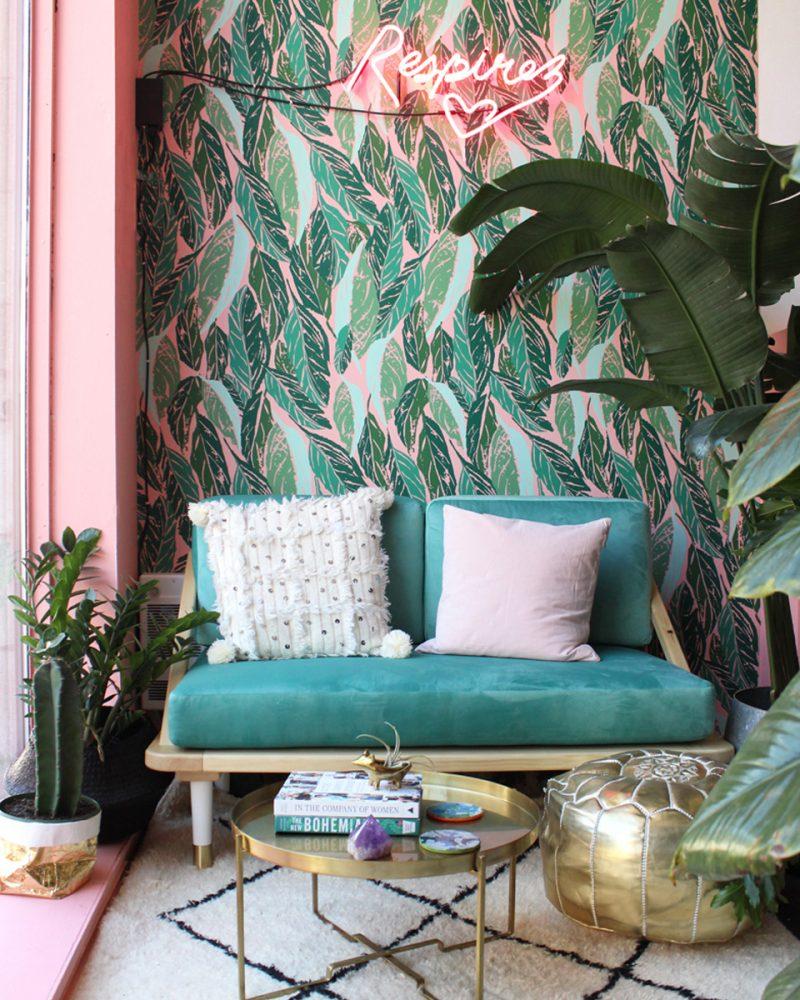 papier peint exotique et canapé en velours vert
