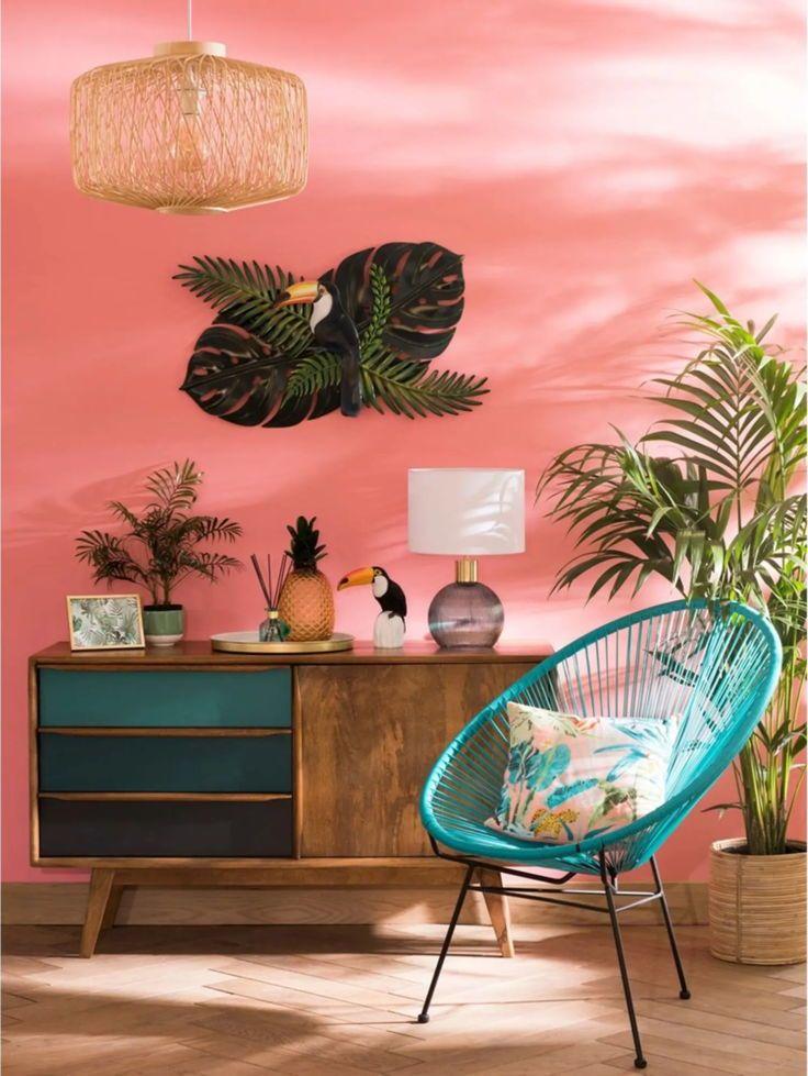 ambiance déco été dans un coin de salon avec mur peint en rose fauteuil Acapulco bleu