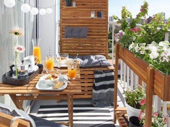 Décoration petit balcon avec mobilier en bois et végétaux
