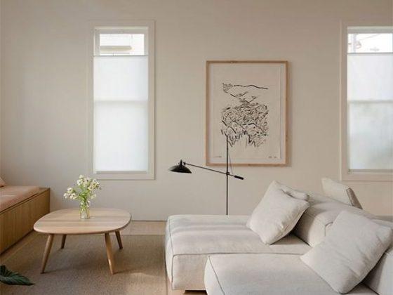 canapé blanc dans un salon à la décoration feng shui claire et table basse en bois