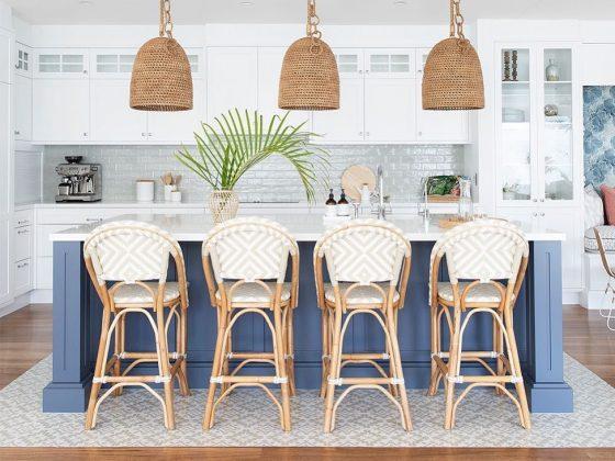 chaises hautes en osier pour un bar en marbre blanc dans une cuisine bord de mer