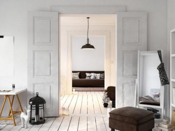 intérieur en bois avec peinture au sol blanche