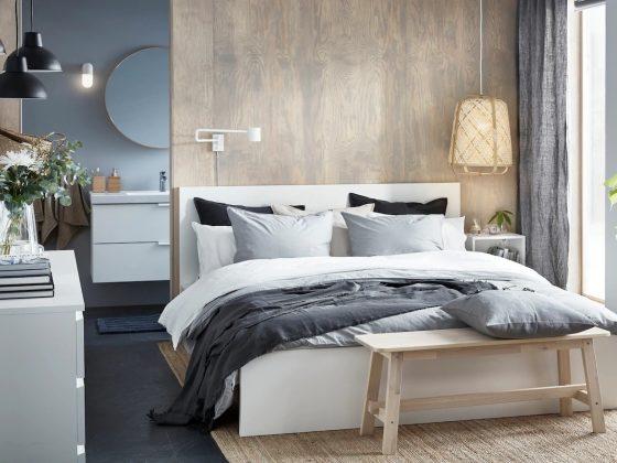 Aménagement d'une suite parentale moderne avec bois et meubles blancs et salle de bain