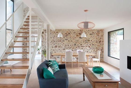 un espace ouvert moderne avec mobilier contemporain et mur en pierre apparente