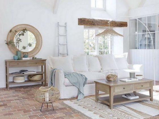 salon de déco campagne chic avec grand canapé blanc et du mobilier en bois brut