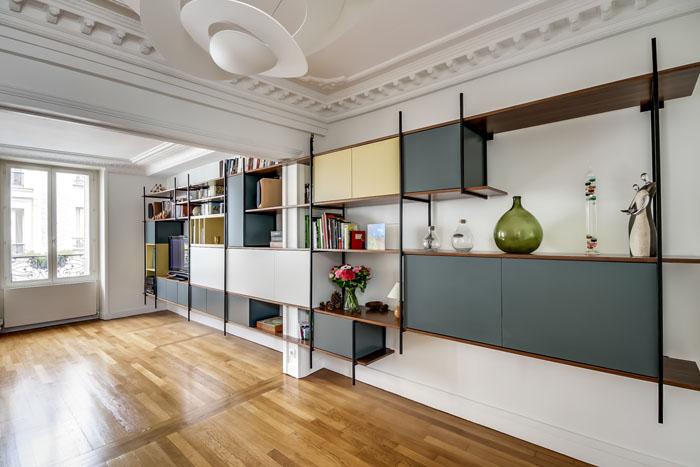 aménagement bibliothèque rétro en fer et formica sur tout un mur