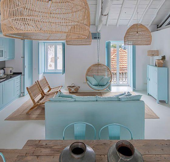 intérieur en déco portugaise avec mobilier en bleu turquoise et suspensions en osier