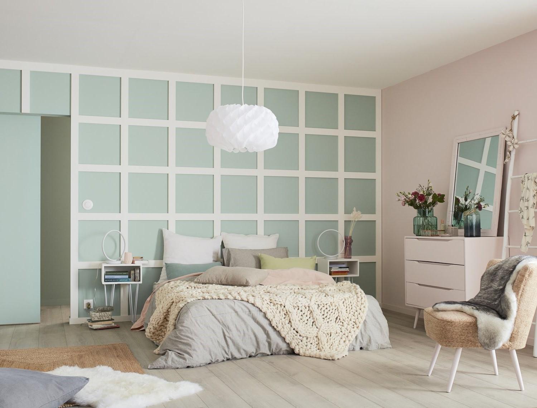 chambre-a-coucher-avec-une-separation-en-bleu-pastel-et-tapis-en-laine