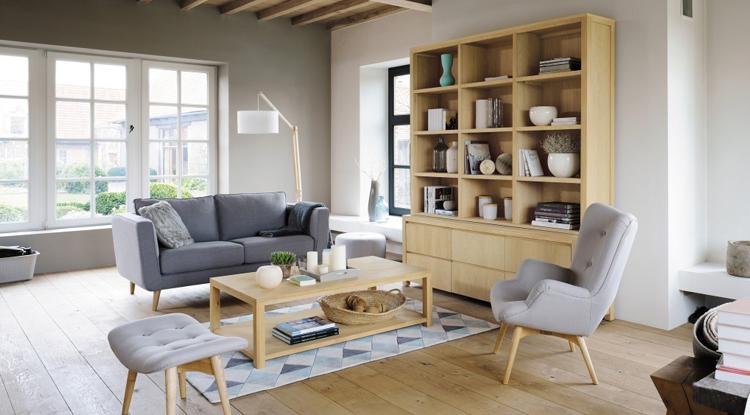 salon-couleur-gris-deco-scandinave-avec-meuble-et-sol-en-bois-clair