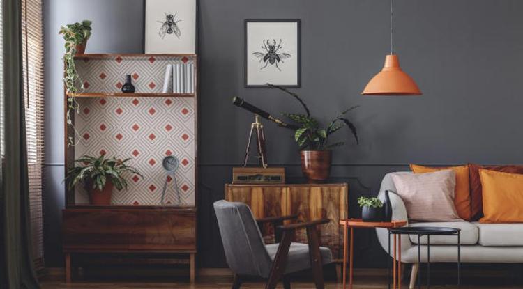 ambiance-sombre-deco-vintage-noir-orange-et-meuble-en-bois