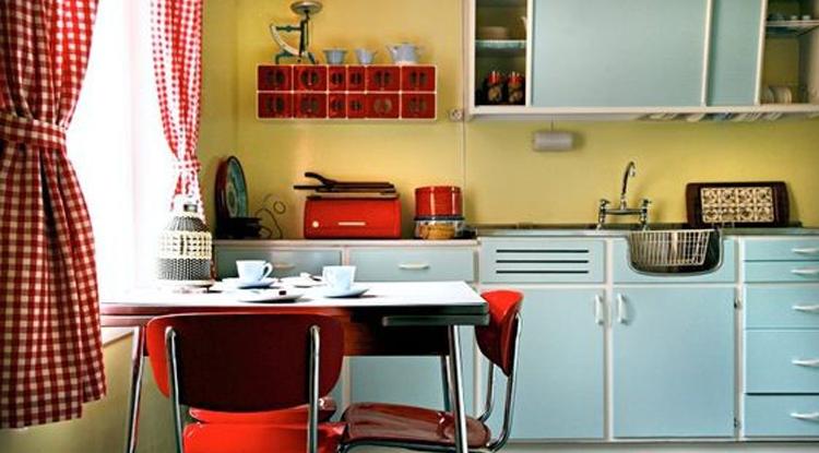cuisine-deco-vintage-couleurs-pastels-avec-du-rouge-vif