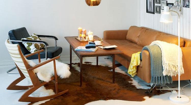 salon-deco-vintage-canape-cuir-et-chaise-balancoire